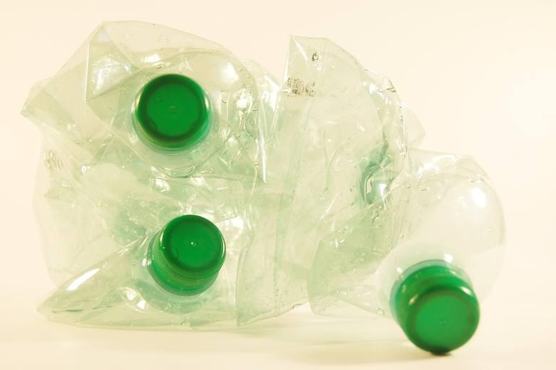 Warunki przetargów i zamówień publicznych będą tak konstruowane, aby plastikowe produkty były zastępowane wyrobami z materiałów ekologicznych (biodegradowalnych) lub wielokrotnego użytku – zdecydował Wójcicki.