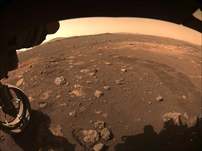 Zobacz zdjęcia z Marsa! Łazik ma za sobą pierwszą jazdę: pokonał 6,5 m w 33 minuty.Zobacz kolejne zdjęcia. Przesuwaj zdjęcia w prawo - naciśnij strzałkę