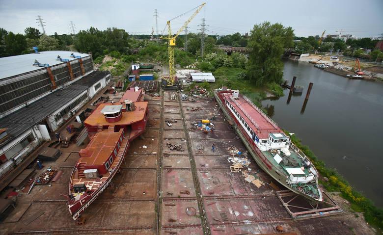 We wrocławskiej stoczni na co dzień działa wielki żółty dźwig, a dookoła krzątają się spawacze, elektrycy, lakiernicy...