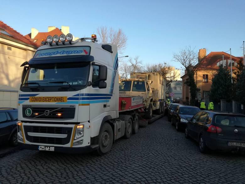Ulica Marcelińska zablokowana. W poniedziałek po godz. 14 laweta transportująca pojazd amerykańskiej armii uszkodziła trzy samochody osobowe. Na miejscu