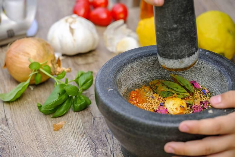 Moździerz zamiast solniczki? Na diecie DASH to najlepsze rozwiązanie, które sprawi, że jeden z najzdrowszych sposobów żywienia stanie się jeszcze ko