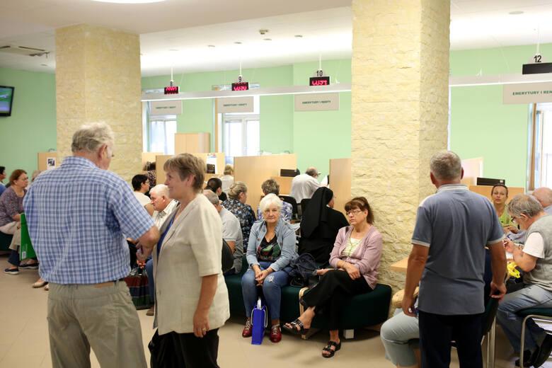 """Projekt """"Solidarności zakłada, że Polacy będą mogli przejść na emeryturę po osiągnięciu odpowiedniego stażu pracy:- 35 lat dla kobiet- 40 lat"""