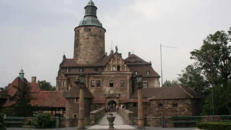 Zamek Czocha to jedno z najbardziej znanych nawiedzonych miejsc w Polsce.  Zarówno zwiedzający, jak i przewodnicy, donoszą o tajemniczych dźwiękach –
