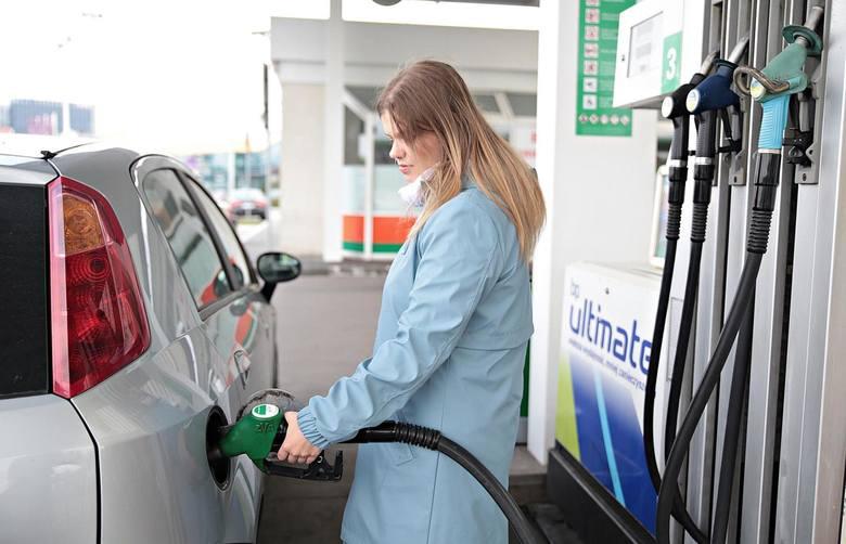 Z kolei popularna benzyna Pb95 będzie kosztowała 3,97-4,12 zł.
