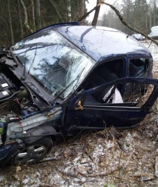 W pobliżu wsi Chraboły doszło do wypadku drogowego. W sobotę, po godz. 11 na drodze krajowej nr 65 kierowca renault podczas wyprzedzania pojazdu marki