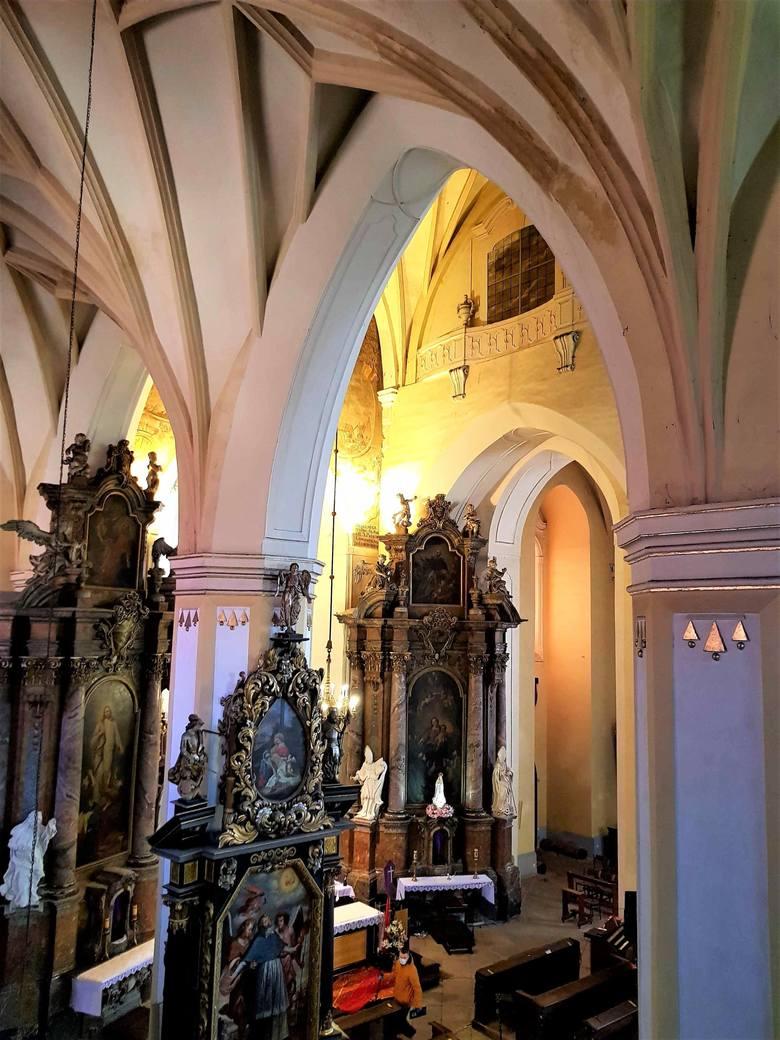 Wnętrze kościoła posiada bogaty wystrój malarsko-rzeźbiarski, którego autorami są mistrzowie śląskiego baroku.