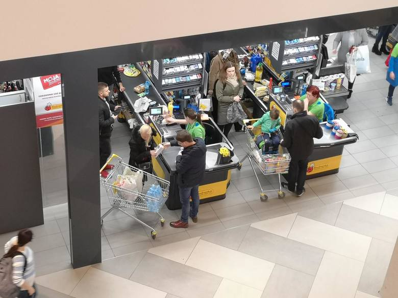W niedzielę, np. 29 marca? Zostają zakupy w sklepie osiedlowym lub na stacji benzynowej. W jednym i drugim miejscu można zrobić nawet duże zakupy, ale