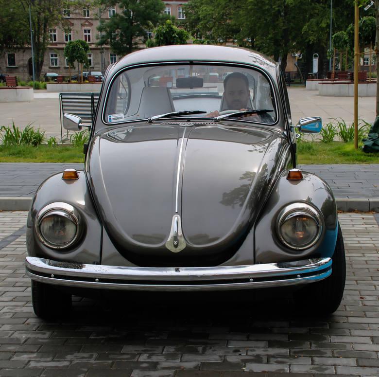 Jak sama nazwa wskazuje, jeździ ze swoimi gośćmi klasykiem - Volkswagenem Garbusem