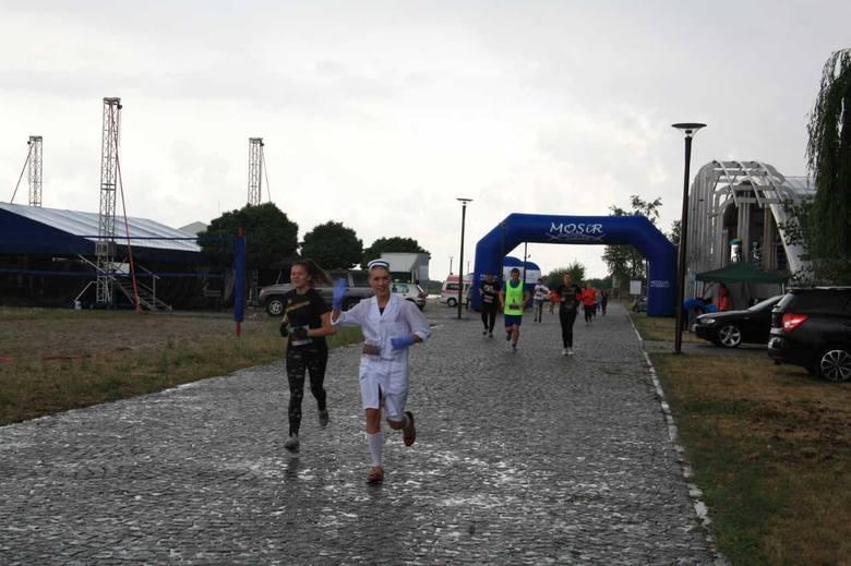 W strugach deszczu, w błocie, miejscami z gradem 40 uczestników  biegu terenowego Cross San pobiegło w sobotę 5 kilometrów  z przeszkodami.