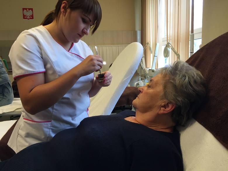 Panie-seniorki chętnie poddawały się zabiegom upiększającym w pracowni kosmetologicznej.