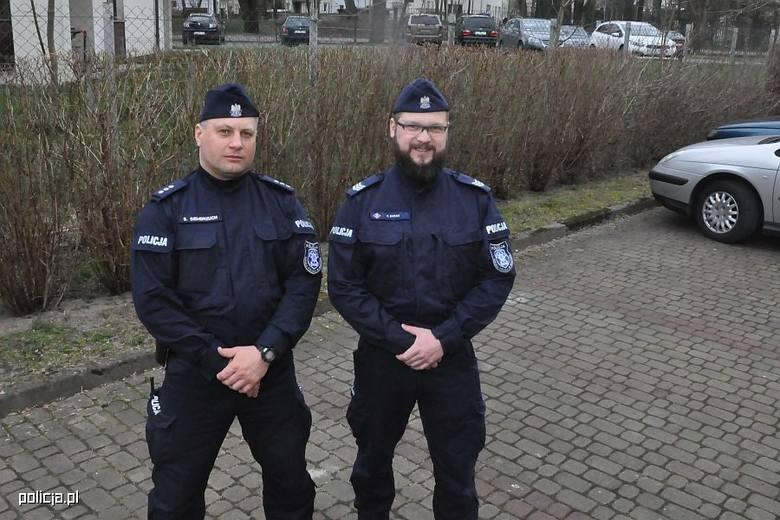 Kom. Sylwester Siembrzuch i sierż.szt. Paweł Baran ze Szkoły Policji w Słupsku.