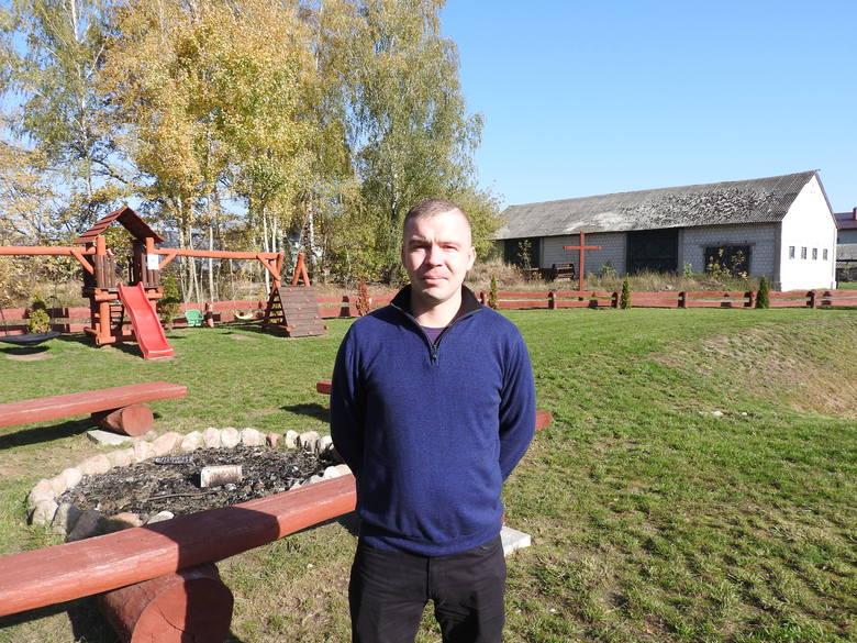 Kamil Żochowski, sołtys wsi Stare Żochy prezentuje miejsce rekreacji, z którego mieszkańcy bardzo chętnie korzystają