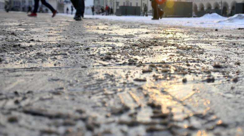 Ostrzeżenie dla woj. lubelskiego. Idzie ochłodzenie, drogi i chodniki mogą być bardzo śliskie (WIDEO)