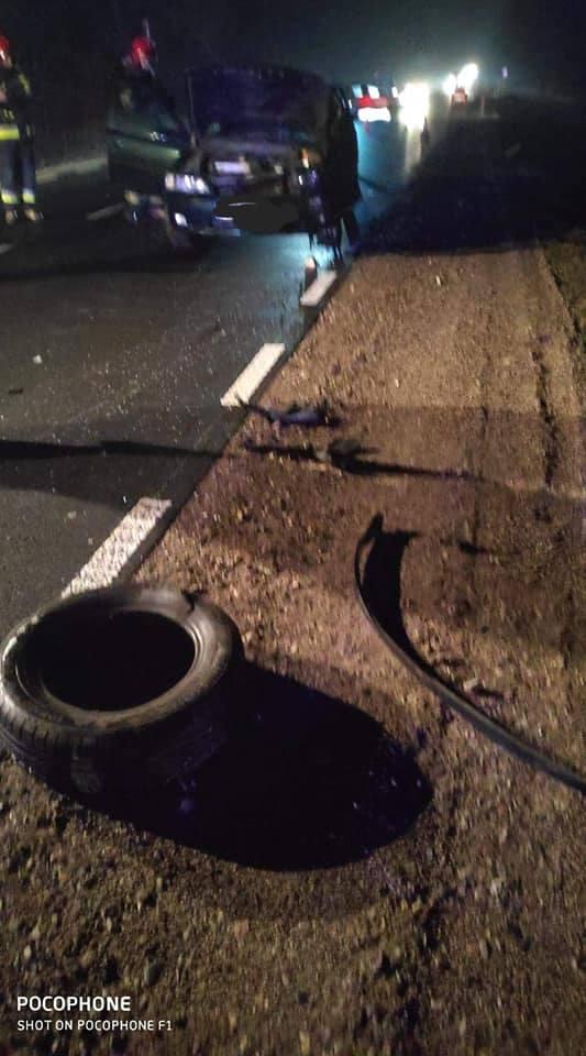 Na wysokości miejscowości Czechowizna w osobowym oplu podczas jazdy wystrzeliło koło i uderzyło w nadjeżdżający z naprzeciwka autokar