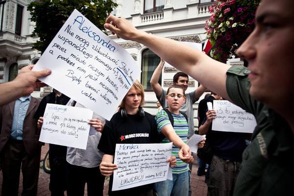 Protestujący mieli też kartki z argumentami przeciwko likwidacji podmiejskich tramwajów.
