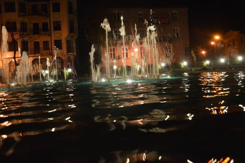 Zabytkowe centra miast, jeśli tylko zostaną odpowiednio podświetlone, potrafią być w nocy bardzo urokliwe. Nie inaczej jest w przypadku Zielonej Góry.