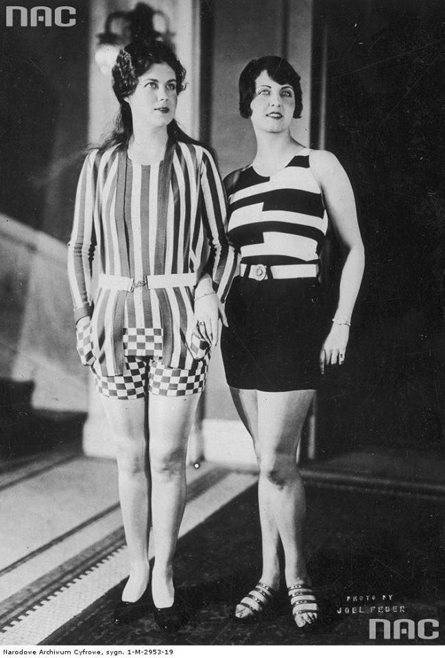 Modelki prezentują modne kostiumy kąpielowe