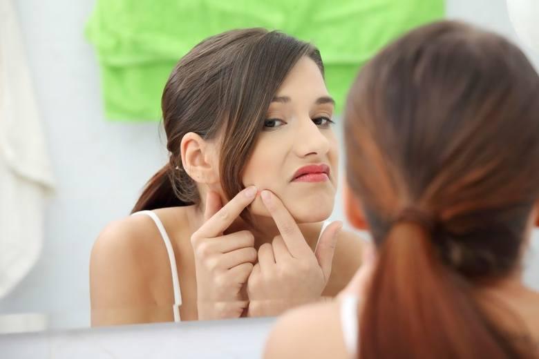 Wyciskanie zmian skórnych zwiększa ryzyko wystąpienia stanu zapalnego i zakażenia bakteryjnego. W efekcie takie postępowanie może skutkować zaostrzeniem