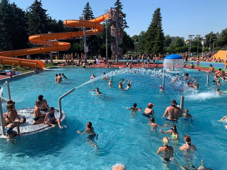 Piękna pogoda przyciągnęła w niedzielę mieszkańców Rzeszowa na otwarte baseny ROSiR [ZDJĘCIA]