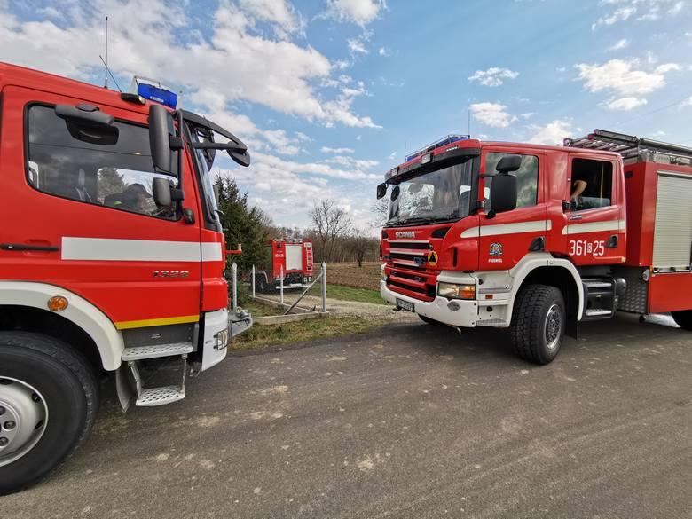 W czwartek około godz. 13:45 straż pożarna w Przemyślu odebrała zgłoszenie o palącym sięsamochodzie w garażu. Do miejscowości Kuńkowce wyjechały dwa