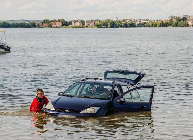 Ełk: Auto wjechało na plaży do jeziora Ełckiego 20.07.2019 (zdjęcia)