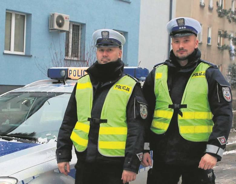 Lucjan Galski (po lewej) i Tomasz Łąka od pięciu lat wspólnie patrolują ulice Oświęcimia. Znakomicie się uzupełniają. Podczas niebezpiecznych akcji mogą na siebie liczyć. Przyjaciółmi są także po służbie