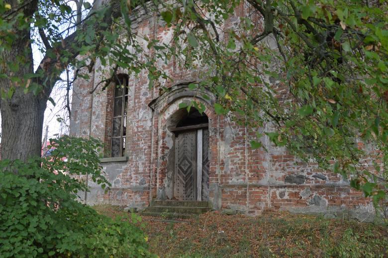 Zabytkowy kościół zachwyca i ciekawi nie tylko przyjezdnych, ale również mieszkańców. Budynek położony na wzgórzu widać z każdego miejsca we wsi. Nie