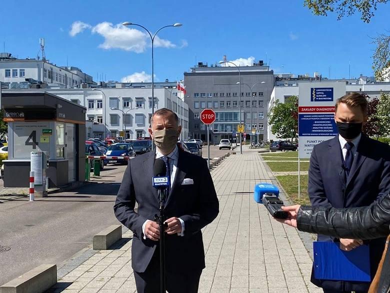 Poseł KO Krzysztof Truskolaski w środę 20 maja na konferencji przed Uniwersyteckim Szpitalem Klinicznym w Białymstoku, razem z radnym miejskim KO Marcinem