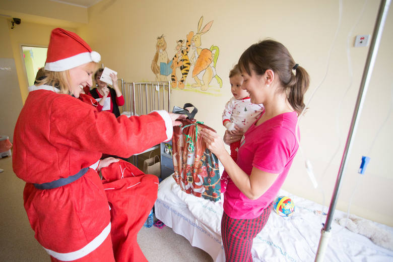 Dziś (06.12.2018) dzieci odbywające leczenie w słupskim szpitalu przy ulicy Hubalczyków odwiedził Święty Mikołaj. Mali pacjenci otrzymali upominki i