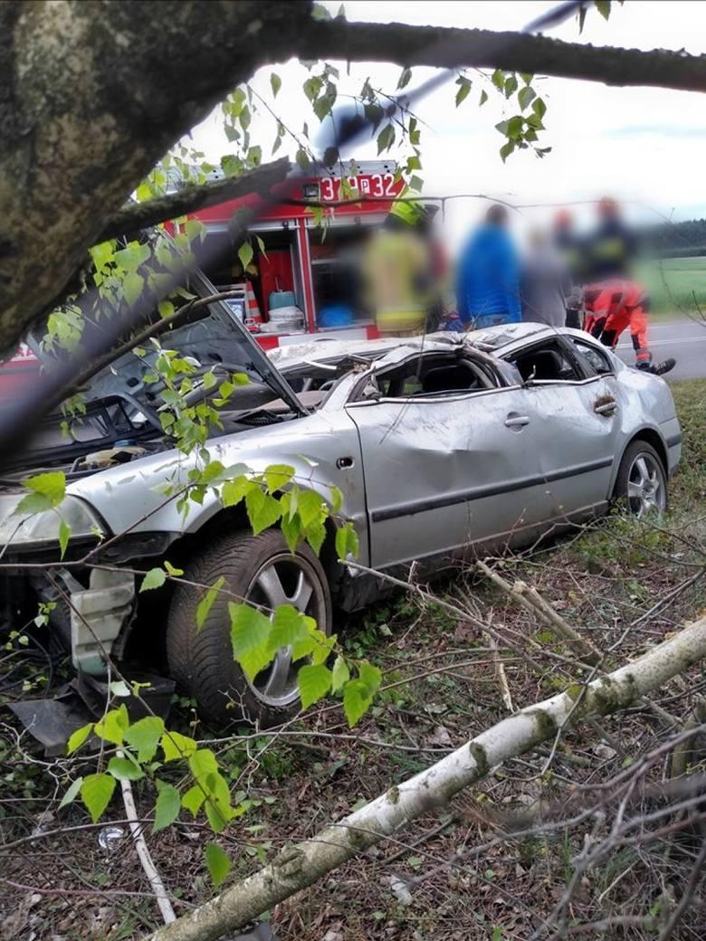Samochód, którym jechał 19-latek dachował i uderzył w drzewo.