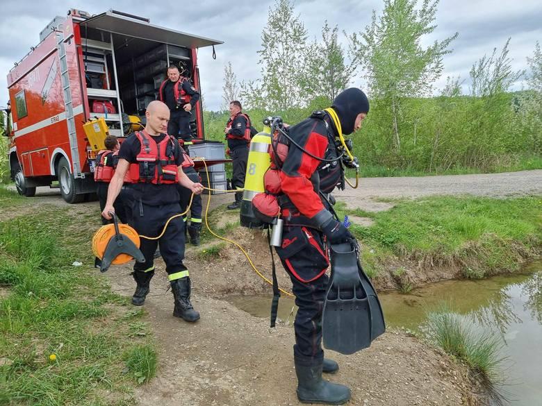 Ćwiczenia strażaków-nurków z Przemyśla na stawikach. Zobacz, jak robią to zawodowcy [ZDJĘCIA]