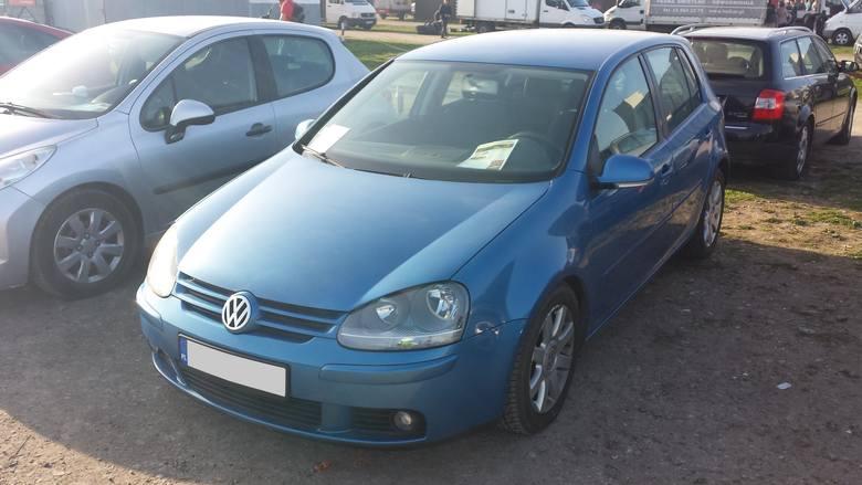 8. Volkswagen Golf. Silnik 1,6 benzyna, rok produkcji 2003, cena 11500 zł.