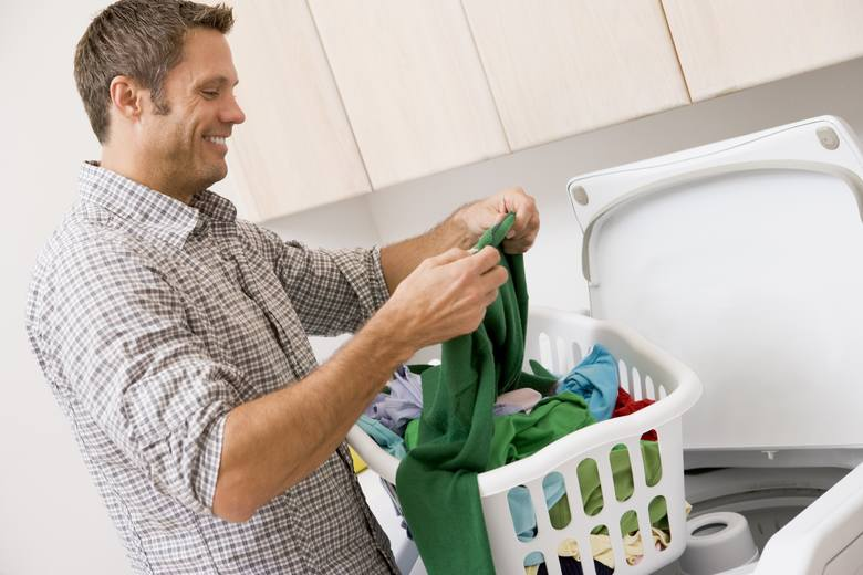 Suszarka bębnowa to urządzenie łatwe w obsłudze. Po praniu wrzucasz ubrania do suszarki, nastawiasz program i wyciągasz suche pranie. Nie jest tak do