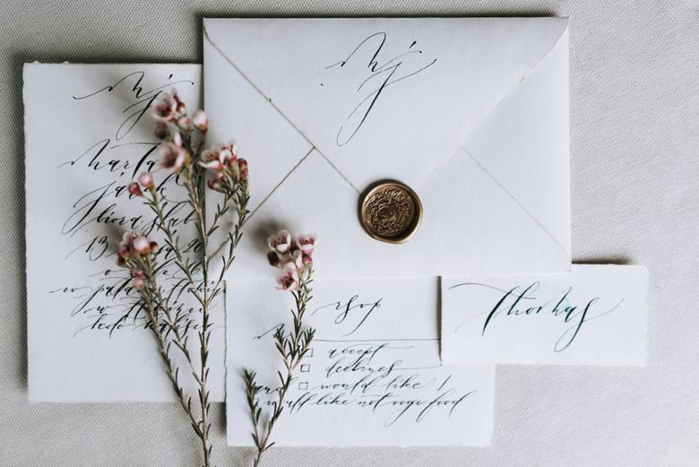 Za najbardziej eleganckie uznawane są zaproszenia, które wypisano ręcznie. Jest to oznaka tego, że ktoś się postarał i poświęci swój czas.Zobacz inspiracje