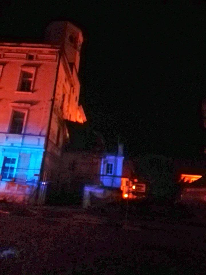 Zerwana tymczasowa kopuła ratusza w miejscowości Wiązów