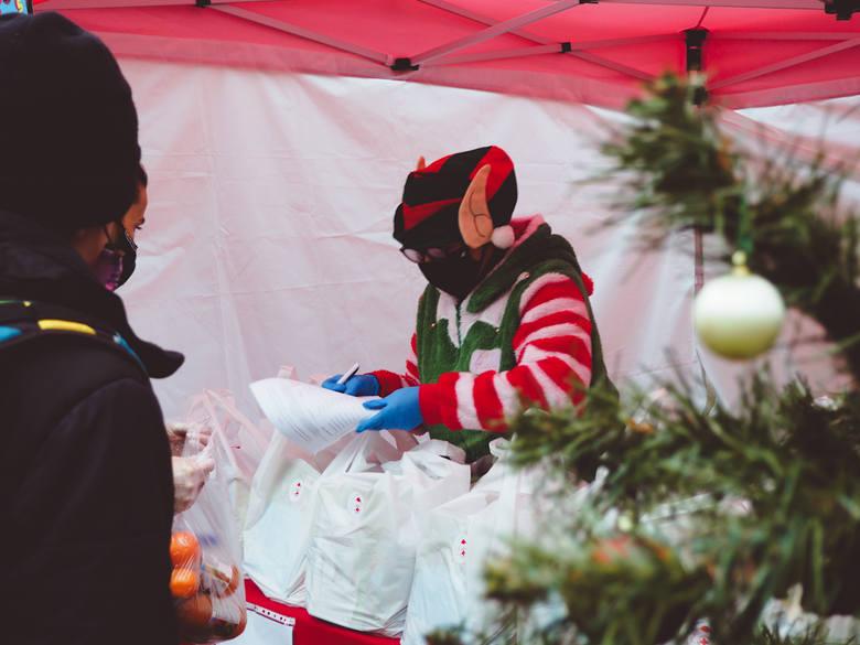Gwiazdor, śnieżynki i elfy pomagały wręczać prezenty od PCK