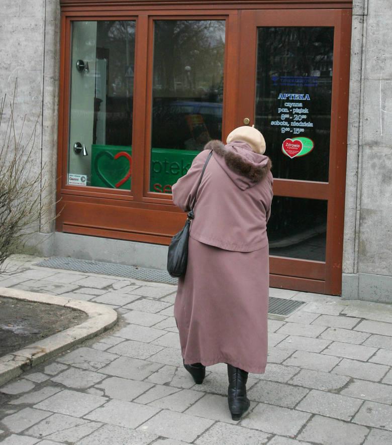 Wiele starszych osób jest zaskoczonych, kiedy w aptece każe im się płacić za pieluchy.