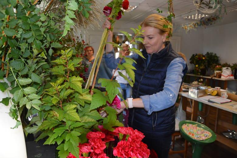 Monika Bębenek podczas prowadzenia kursu dla mistrzów florystyki w swojej szkole w Opolu.