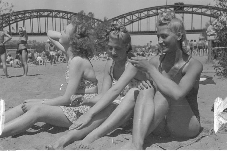 Zapraszamy na prawdziwą podróż w czasie. Upał od zawsze pchał ludzi do wypoczynku na plażach. Nie inaczej było przed laty. Polacy tłumnie odwiedzali