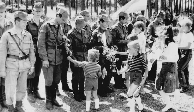 Przez długie lata 12 października, w dzień ludowego Wojska Polskiego, dzieci wręczały żołnierzom kwiaty i laurki
