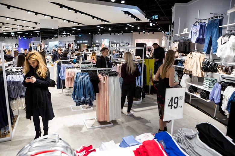 Zarobki w sklepach odzieżowych 2020. Ile można zarobić jako kasjerka? W sklepach odzieżowych najchętniej zatrudnia się młode osoby, ze względu na ich