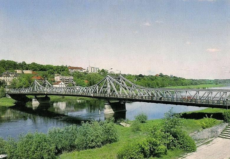Tutaj niewiele się zmieniło. Trochę więcej wody oraz zieleni. Widok na most na Odrze w Krośnie Odrzańskim z 1997 r. W tle ulica Chrobrego.