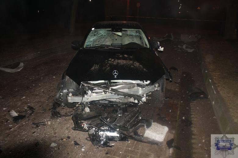 Pijany 63-latek swoją jazdę mercedesem zakończył na deptaku. Wcześniej uderzył w samochód i wjechał w kwietnik. Kierowca, który miał 1,1 promila trafił