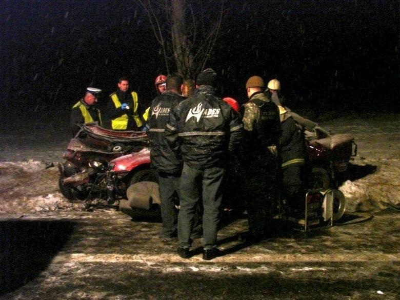 19-letni kierowca volkswagena i jego pasażerka zginęli we wtorek wieczorem w wypadku w Niemodlinie. Chłopak był z miejscowości Węgry, dziewczyna pochodziła