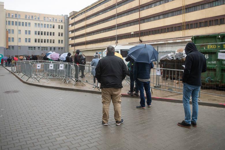 W piątek pacjenci musieli oczekiwać na szczepienie ponad godzinę. Stania w kolejce nie ułatwiała pogoda, ponieważ przez sporą część dnia padał deszcz.Zobacz