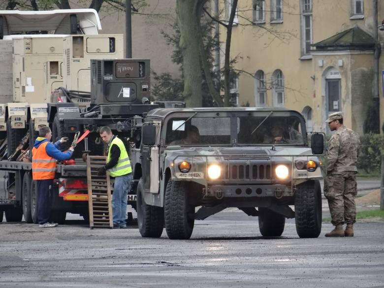 Wzmocnione środki ostrożności, dodatkowe patrole ochrony, koce w oknach - wszystko to dzieje się w centrum Poznania. Na teren jednostki wojskowej przy