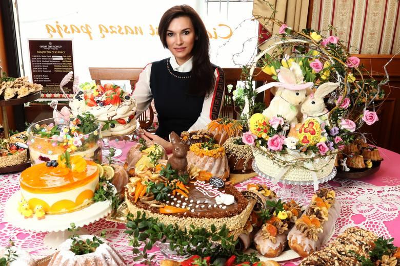 Iwona Wójcik, właścicielka kieleckiej cukierni Świat Słodyczy, prezentuje ciasta przygotowane na tegoroczną Wielkanoc.