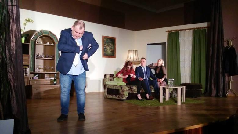 """Robert sprowadza swojego szwagra Jerzego na """"złą drogę"""". Od lewej: Mirosław Pelc, Karolina Walat, Bartosz Buk, Karina Guzek - Buk."""