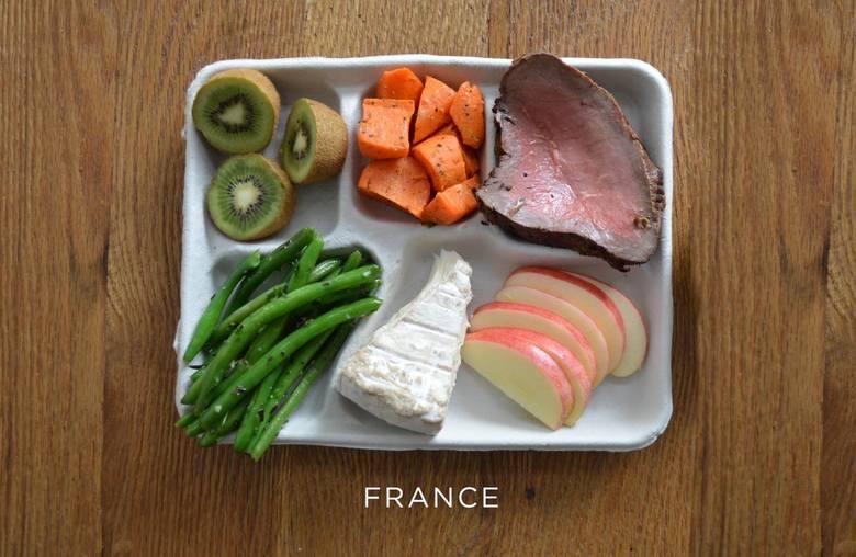 Stek, marchew, zielona fasolka, ser i świeże owoce