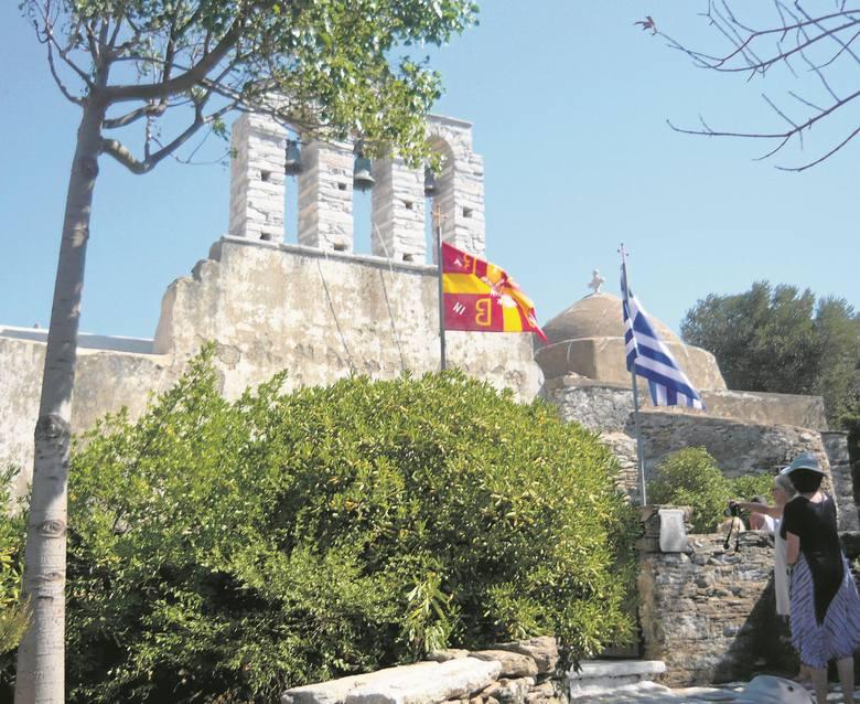 Na skalistych greckich wyspach po 7 latach od złożenia ciała do grobu szczątki się wyjmuje, obmywa winem i składa do skrzynki, aby zwolnić miejsce na cmentarzu.